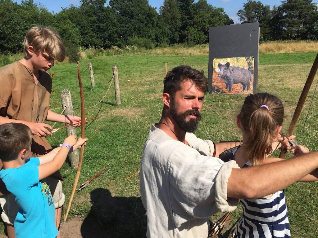 Een van de activiteiten voor kinderen: boogschieten.