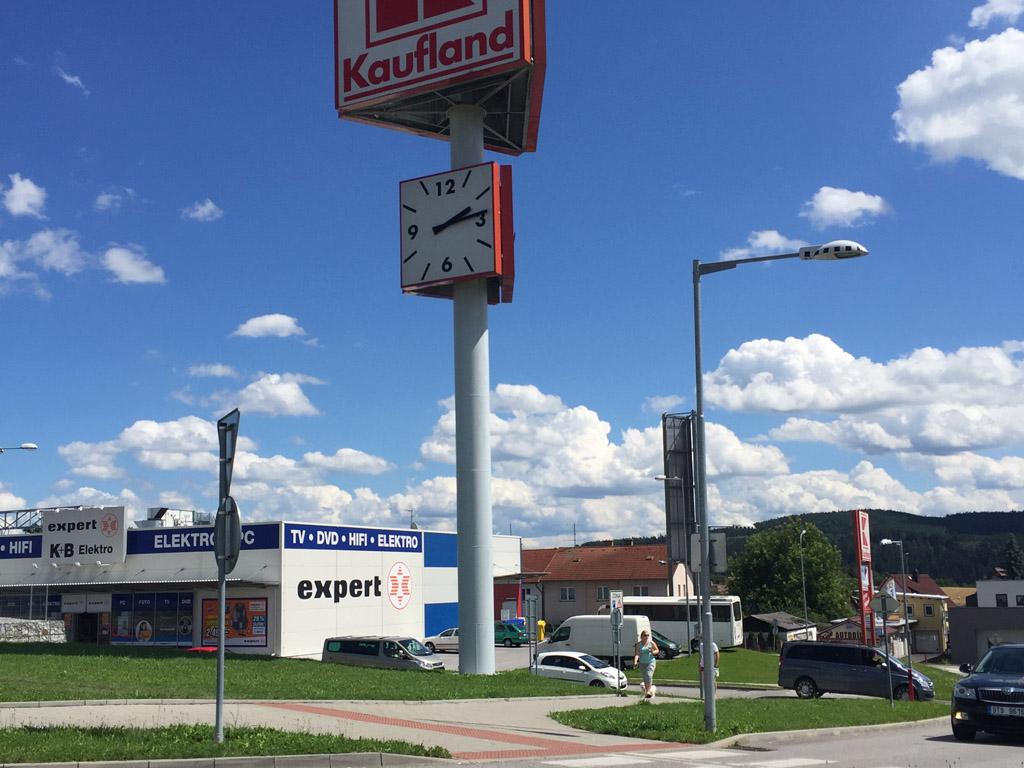 In het buitenland zijn de grote supermarkten vaak aan de rand van de stad te vinden.