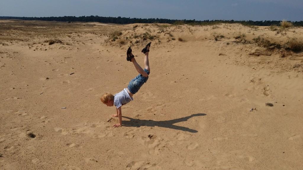 Geen strand? Dan wel lekker veel zand bij een zandverstuiving.