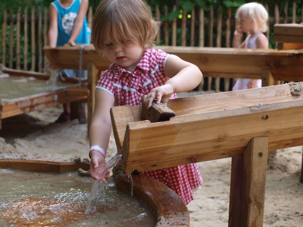 Heerlijk spelen met water.