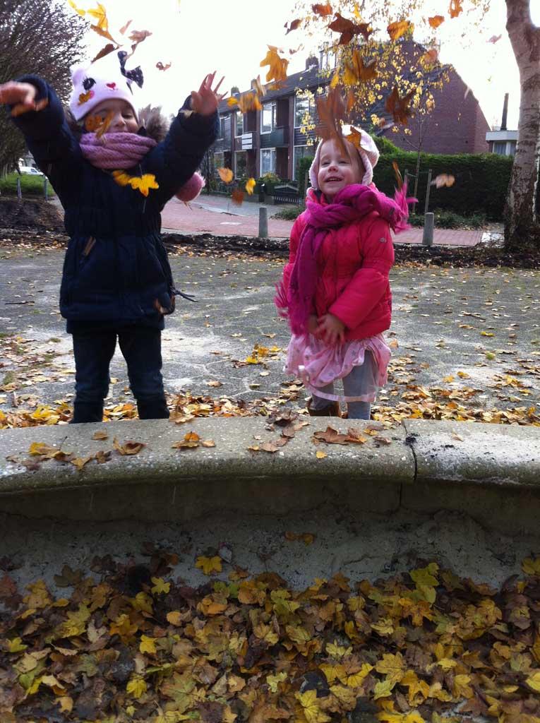 er op uit met kinderen in de herfst