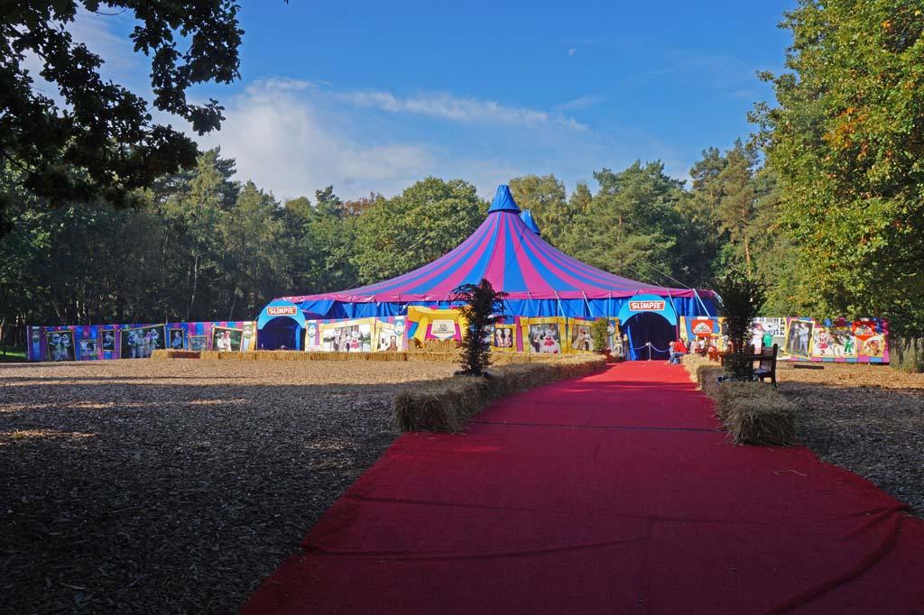 De circustent achterin het park.