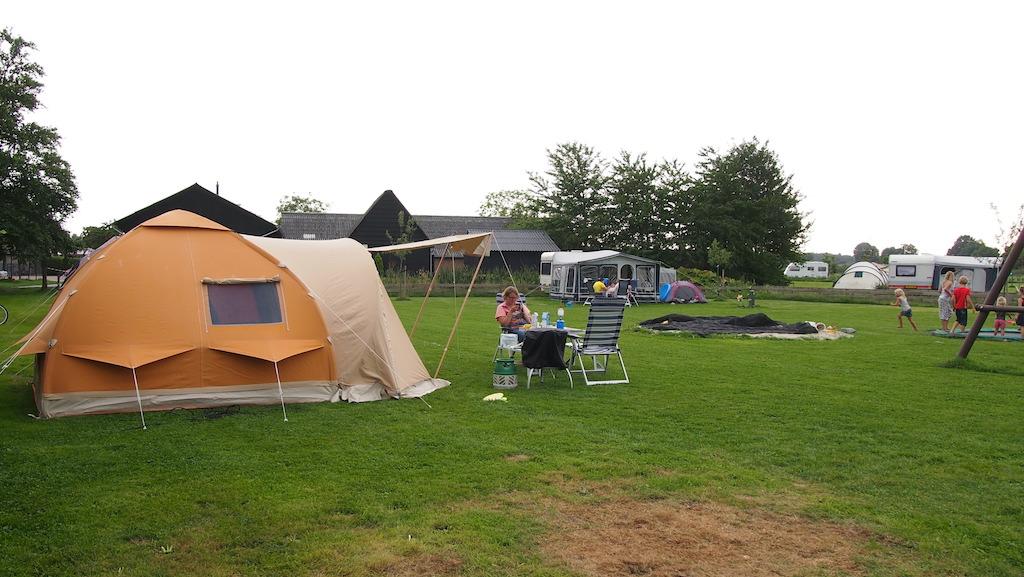Onze tent op het kampeerveld met speeltoestellen.