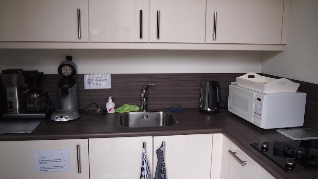 Het keukentje mag gebruikt worden door gasten.