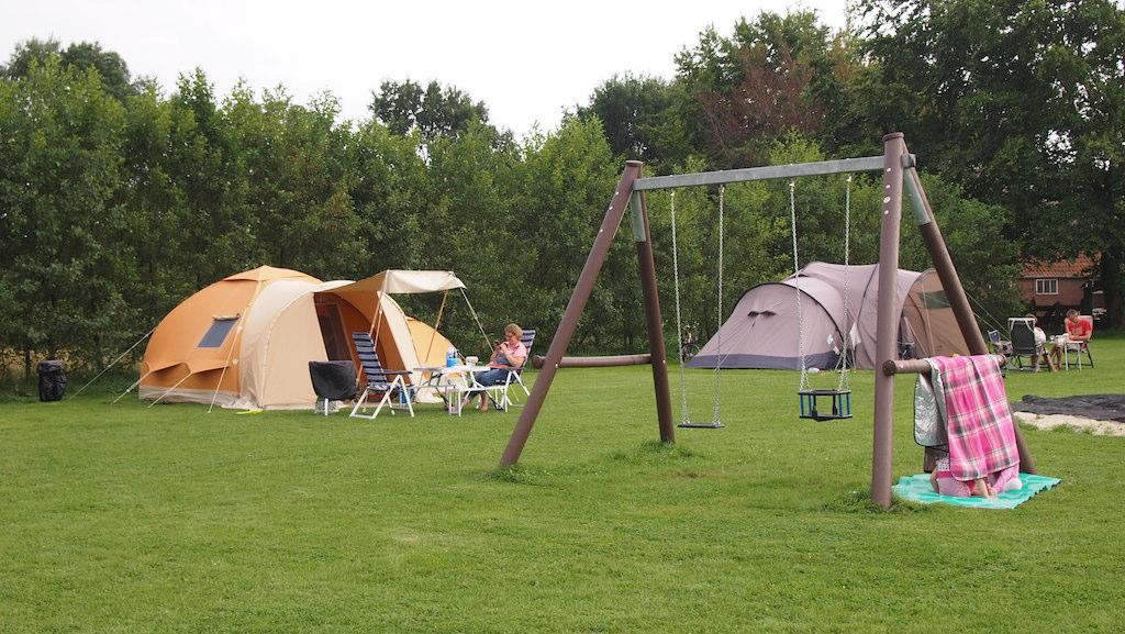 Voor de kinderen is er een zandbak, trampoline en schommel.