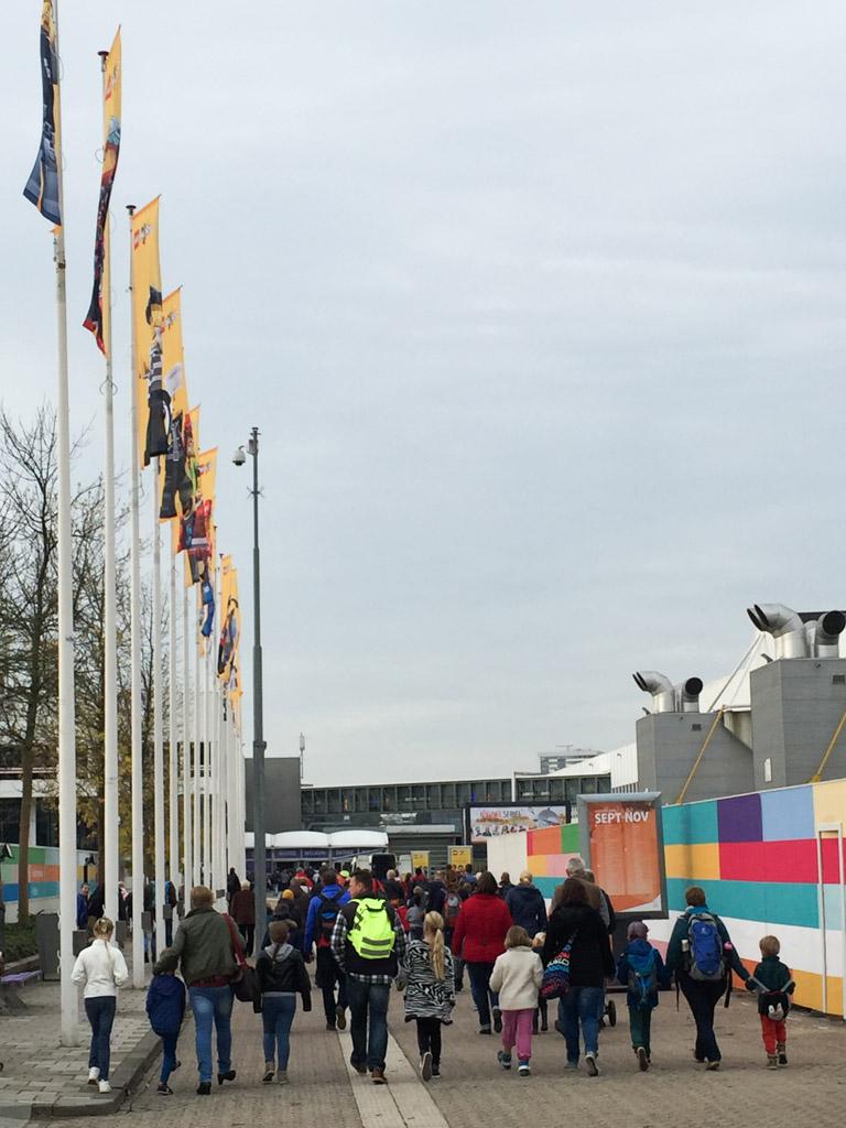 Een grote stroom mensen vanaf Utrecht CS naar LEGO World.