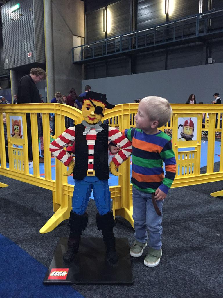 Teun en een LEGO-piraat.