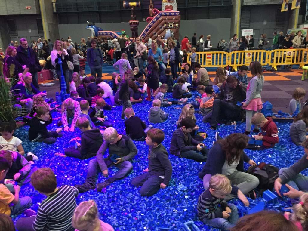Zwembad vol met LEGO steentjes.