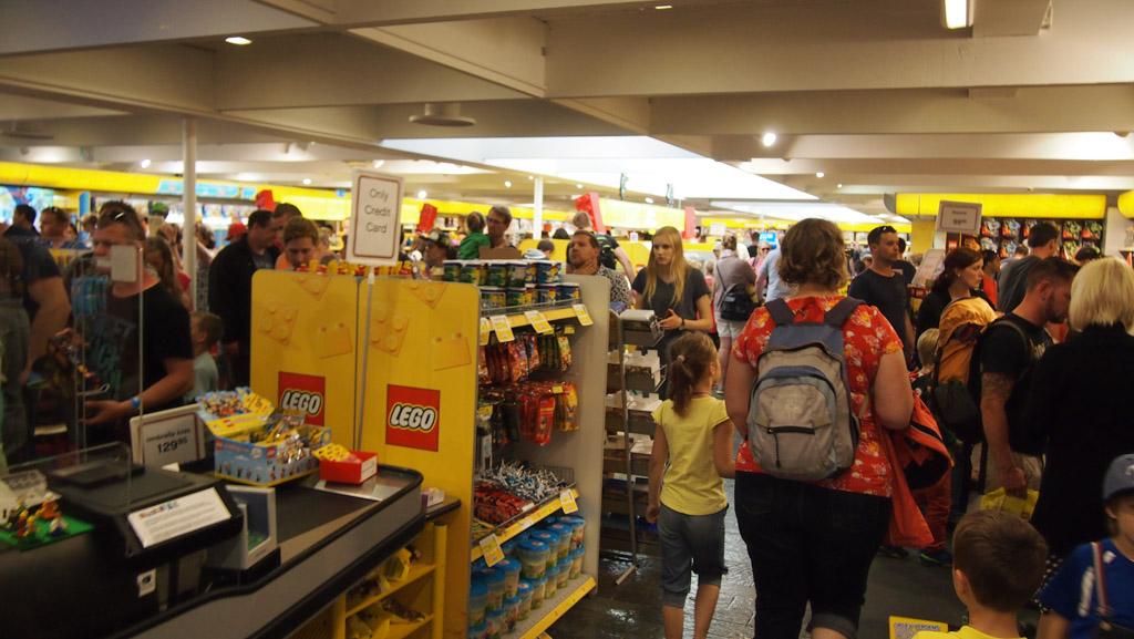 Het was net voor sluitingstijd erg druk in de LEGO winkel....