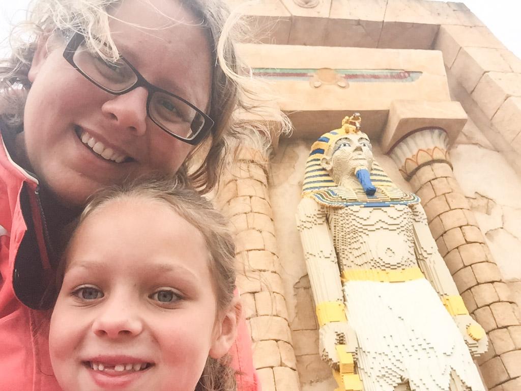 In de rij en op de achtergrond een farao van LEGO steentjes.