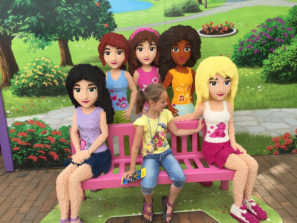 Natuurlijk maakten we de foto op het bankje bij de dames van LEGO Friends.
