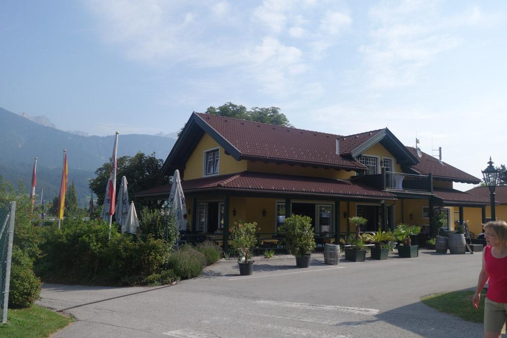 De ingang met daarnaast het restaurant.