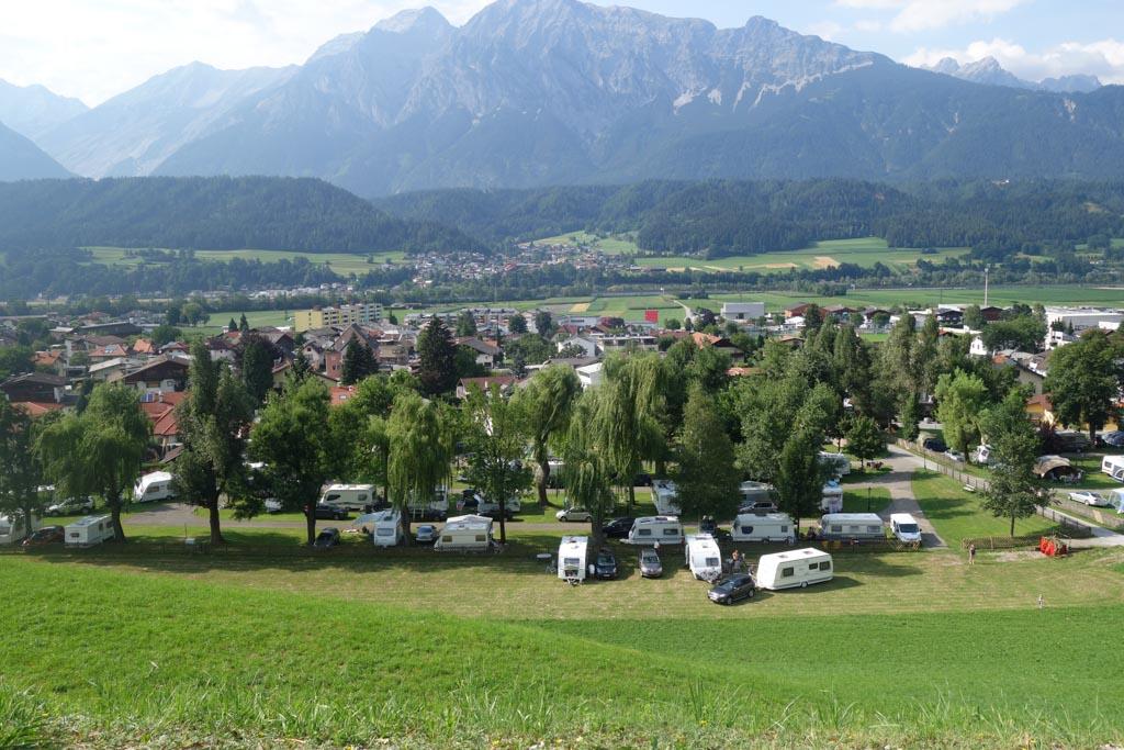 Uitzicht vanaf het slot op de camping.