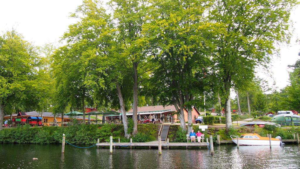 De camping grenst direct aan het meer.