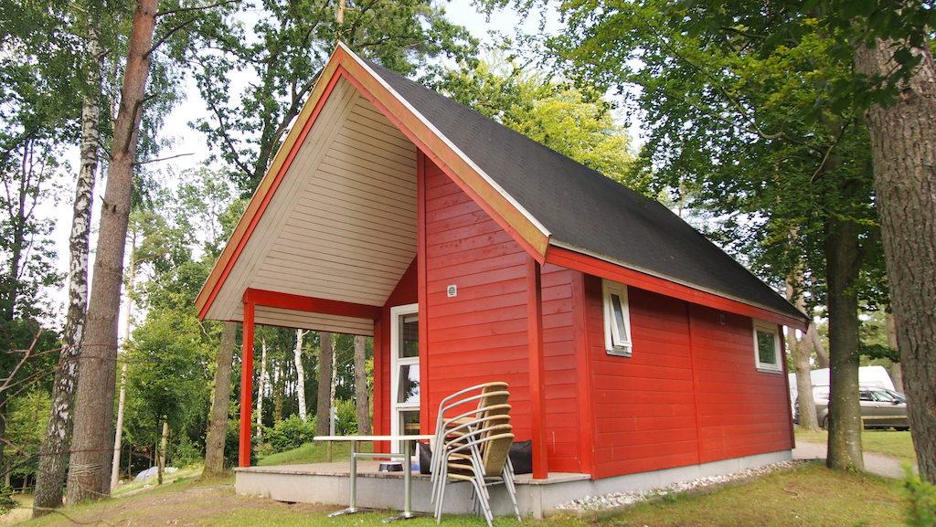 Eigenlijk zijn het geen kampeerhutten meer, maar mini vakantiehuisjes.
