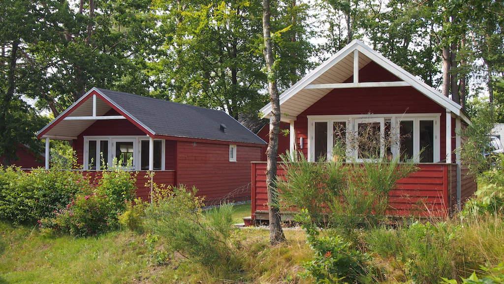 De hutten zijn in de kenmerkende Scandinavische kleuren geschilderd.