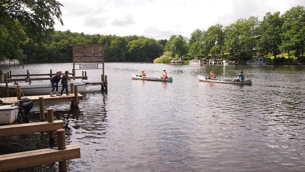 Je kan motorbootjes en kano's huren op de camping.