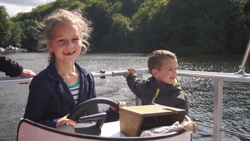 Varen op het meer met de eigenaar van de camping.