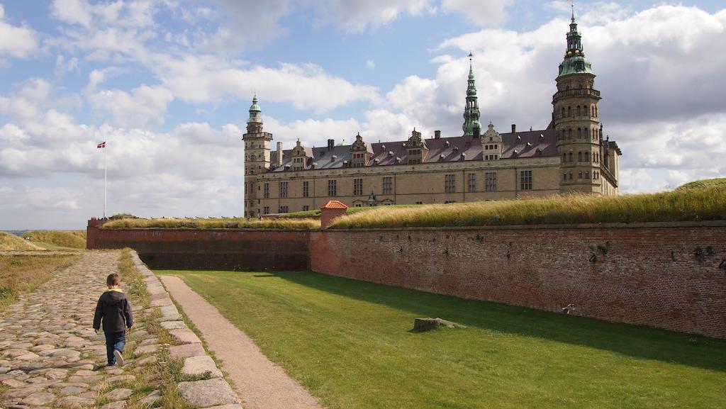 Camiel loopt naar het kasteel.