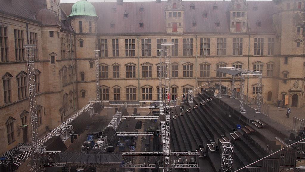 Op de binnenplaats is het podium in aanbouw voor een voorstelling van Hamlet.