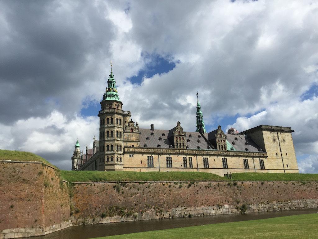 Slot Kronborg maakt alleen al indruk door de ligging.