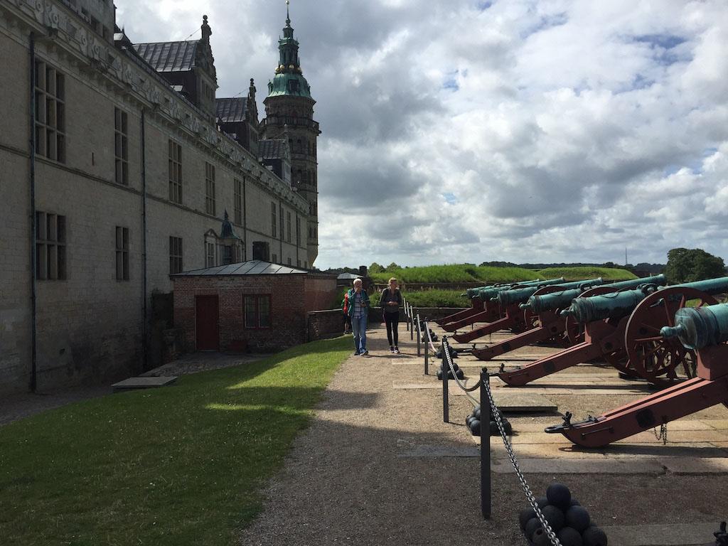 Een hele rij kanonnen gericht op het water.