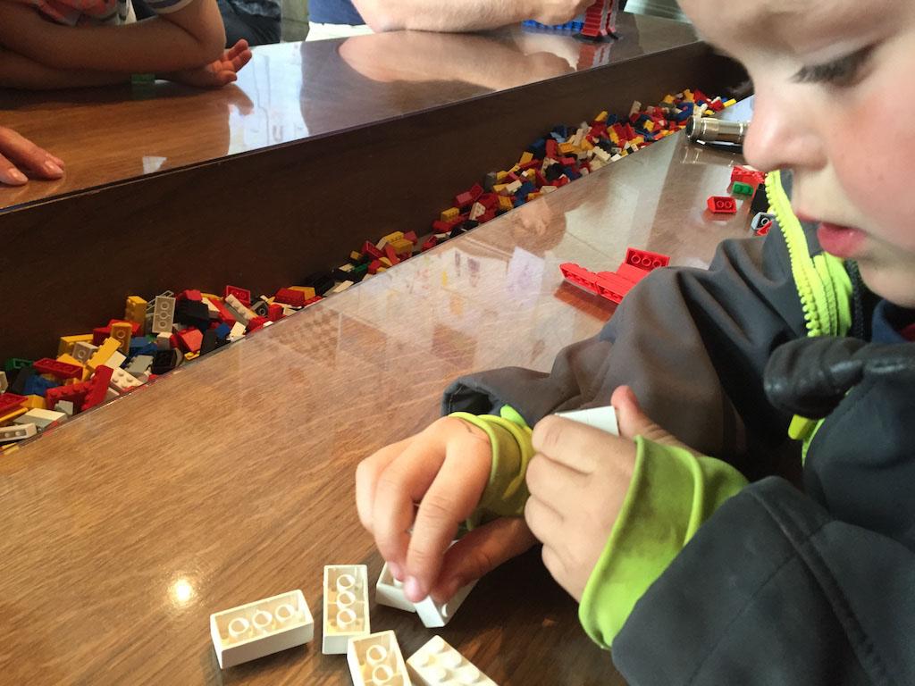 Spelen met LEGO.