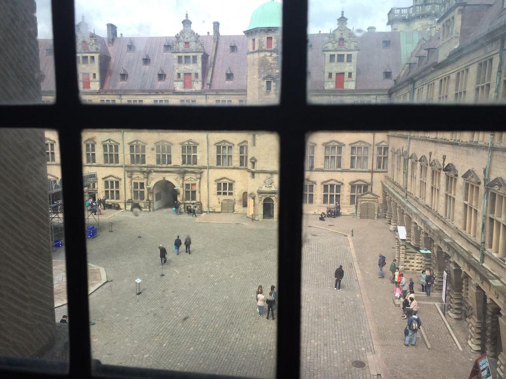 Zicht op de binnenplaats van het kasteel.