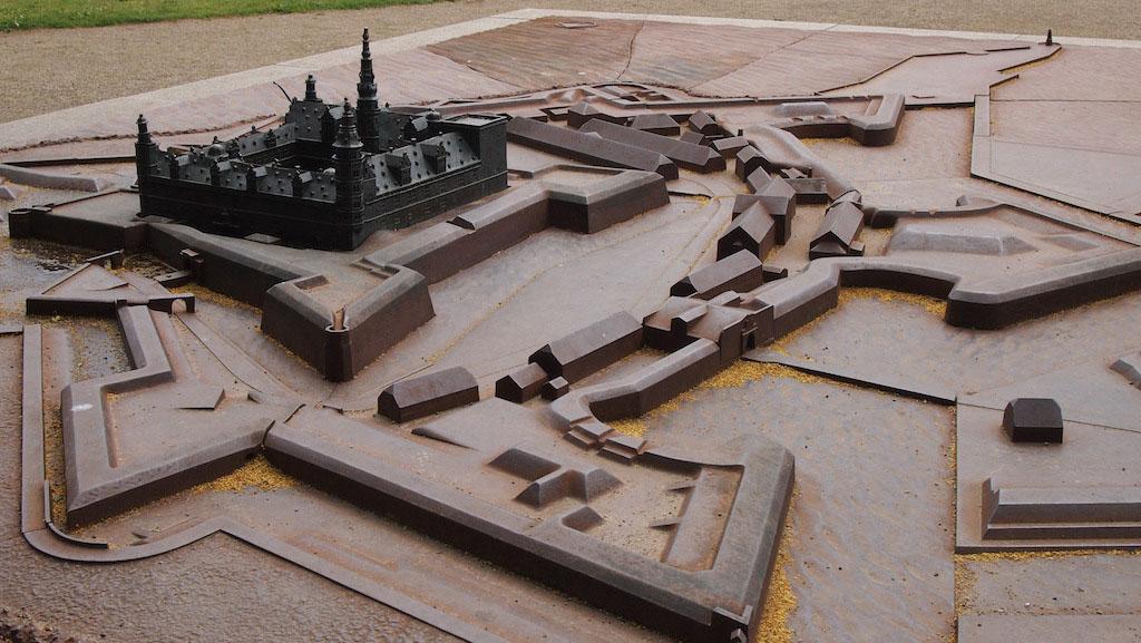 Op de maquette valt nog een keer op hoe goed de verdedigingswerken van Kronborg Slot zijn.