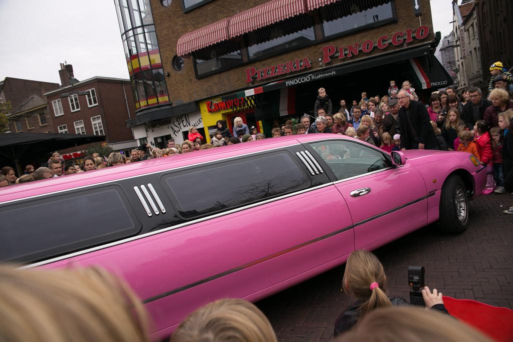 De roze limousine komt er aan.