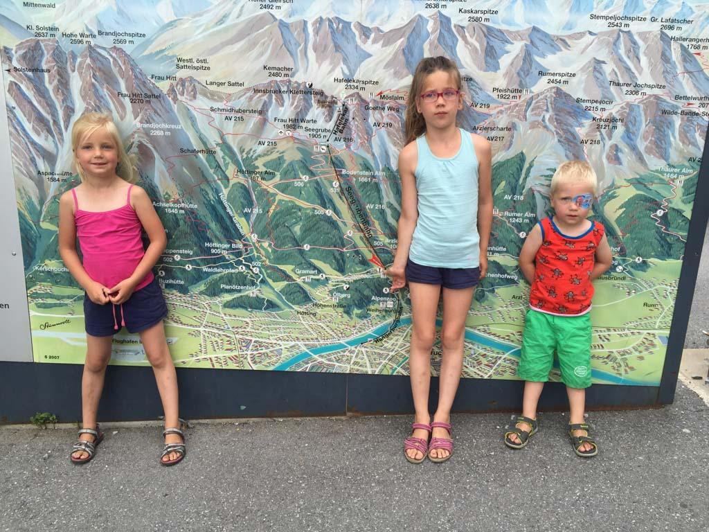 De bergen bij Tirol met kinderen