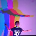 Schaduwprojectie op de muur met verschillende kleuren.