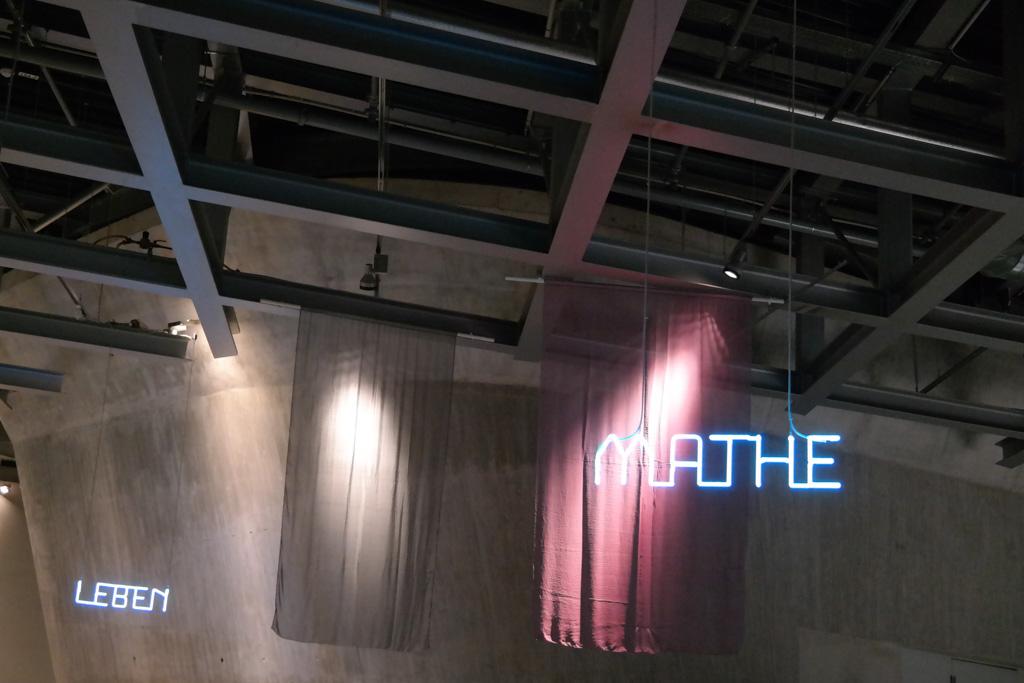 De woorden aan het plafond geven aan welke thema waar te vinden is.