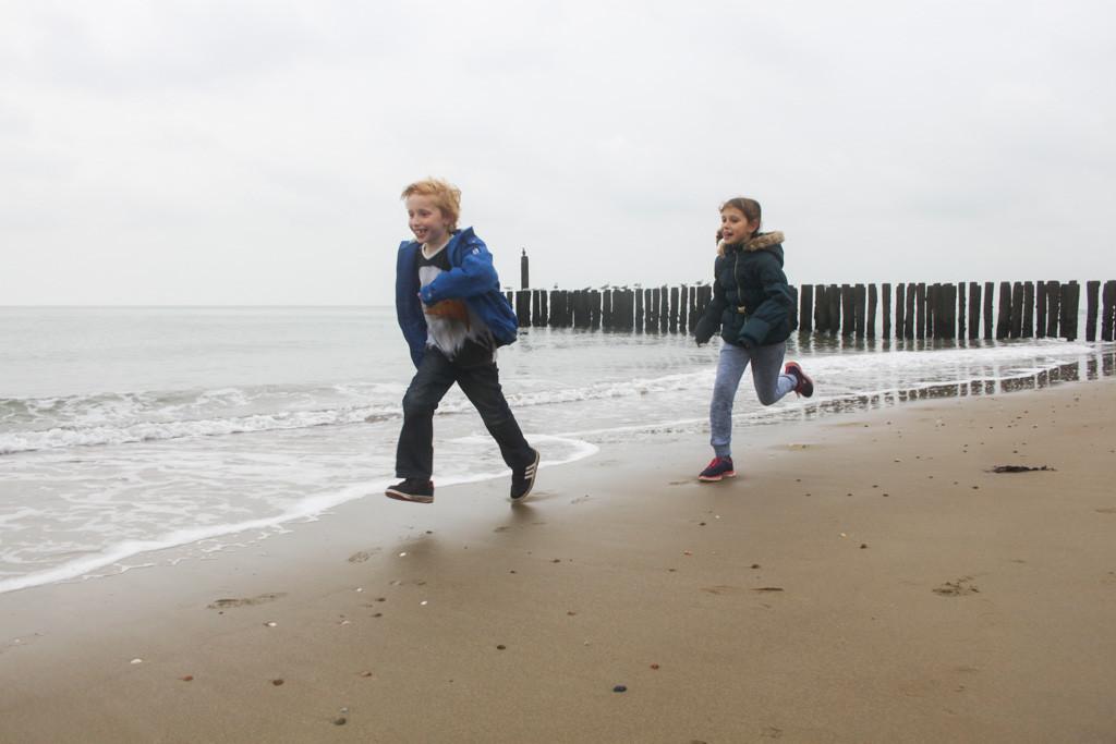 We vermaken ons wel op het strand vlakbij ons huisje.