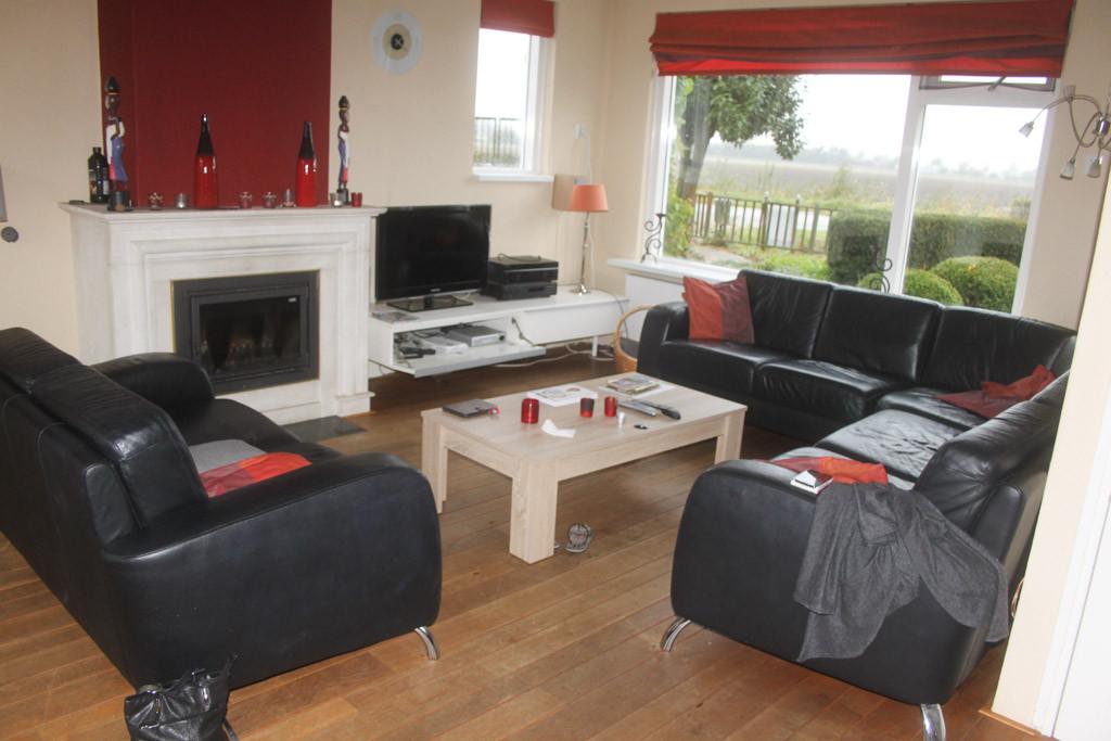Ook de woonkamer is comfortabel en gezellig ingericht.