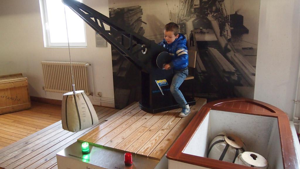 Oefenen met het laden en lossen van een schip.