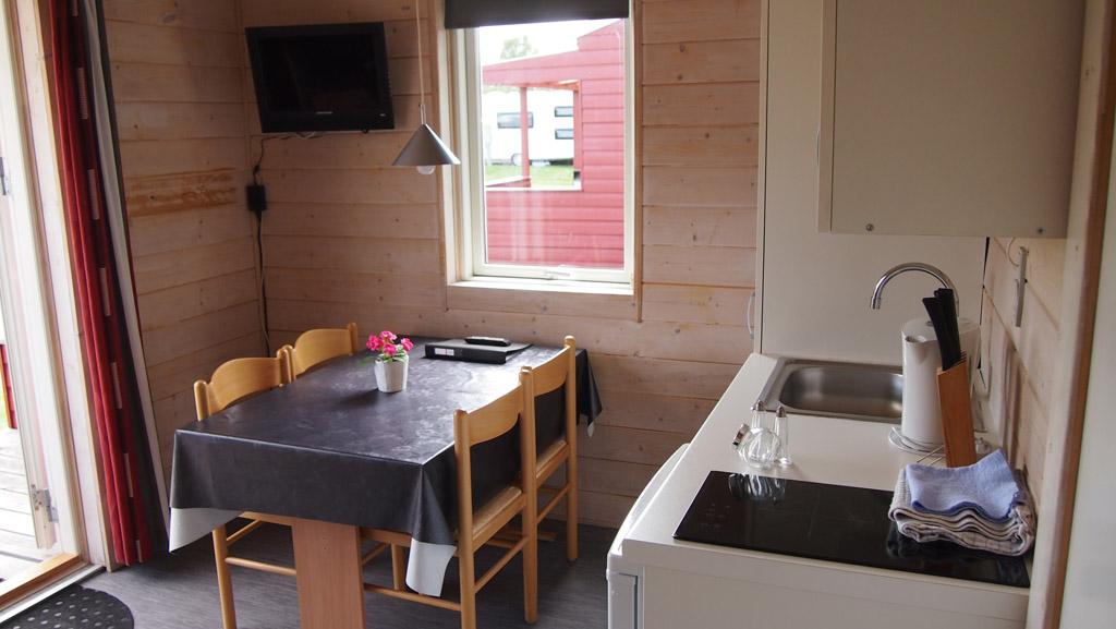 Keuken en eettafel in de hut.