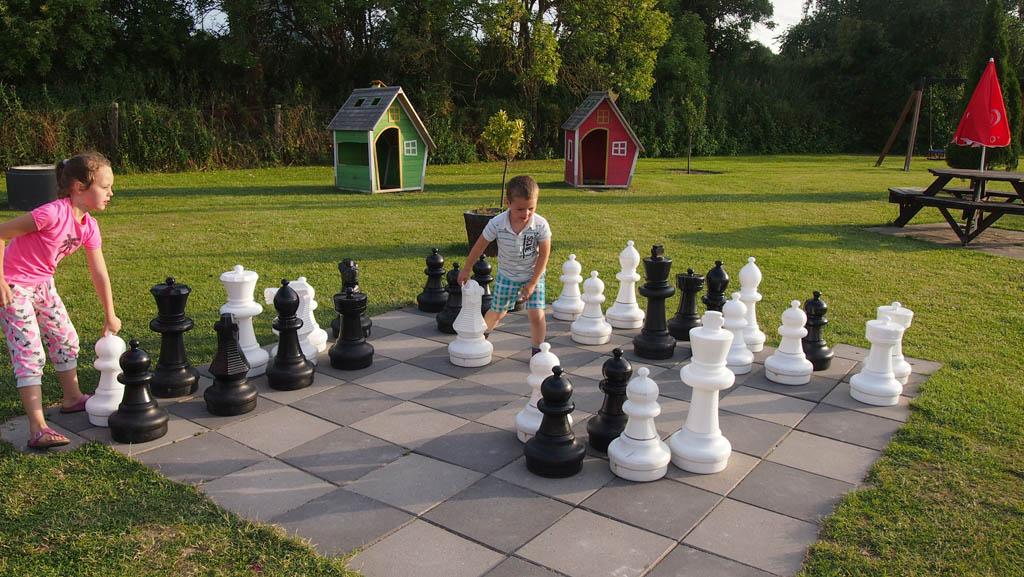 Het grote schaakbord vlakbij de receptie.