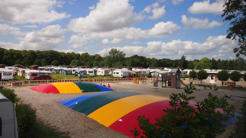 Uitzicht op de speeltuin vanaf de vide van onze hut.