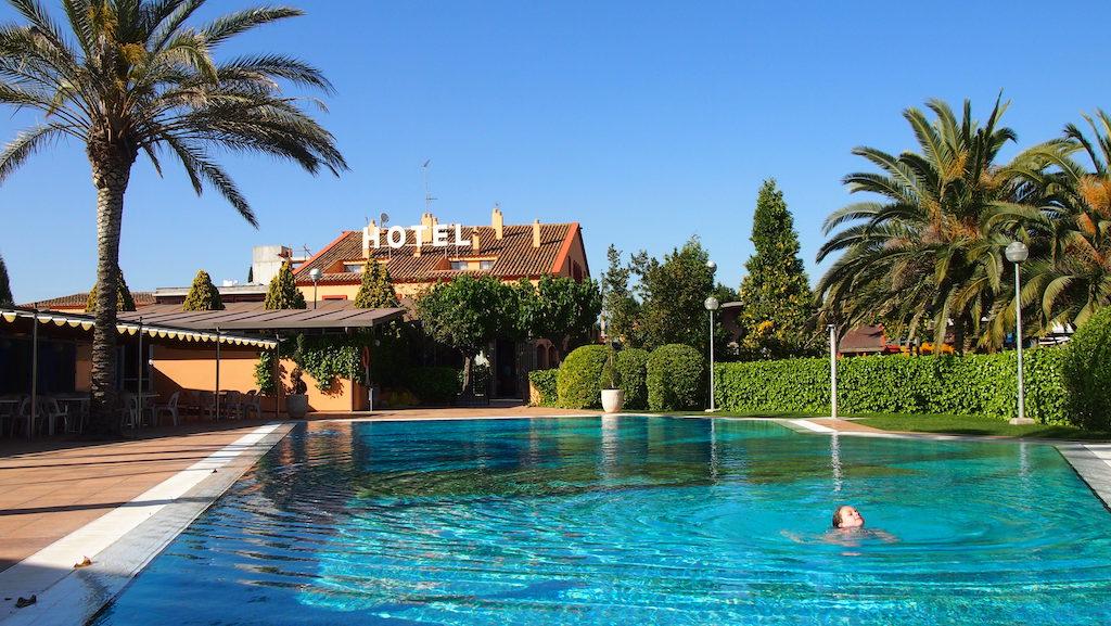 Maureen en Camiel genieten van het zwembad bij Hotel Sol i Vi.