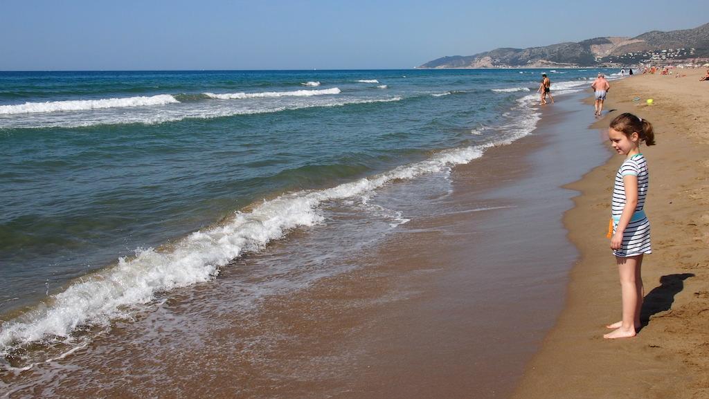 Op het strand op een half uurtje rijden vanaf de luchthaven van Barcelona.