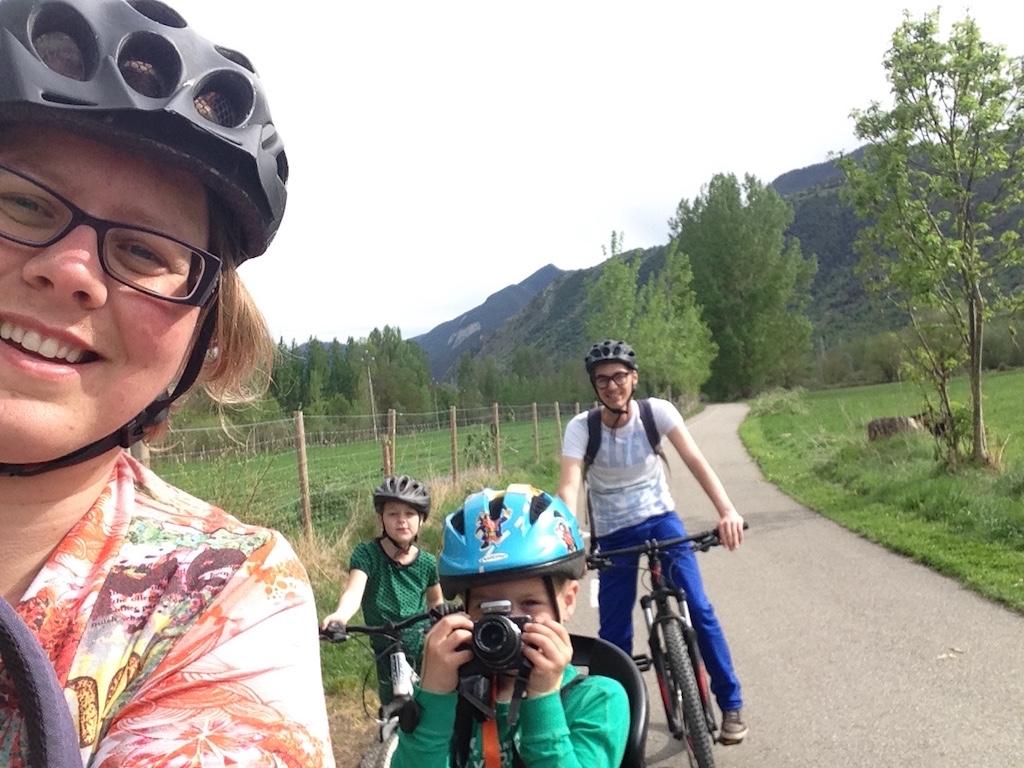 Op de mountainbike (met een zitje achterop...) door het dal fietsen.