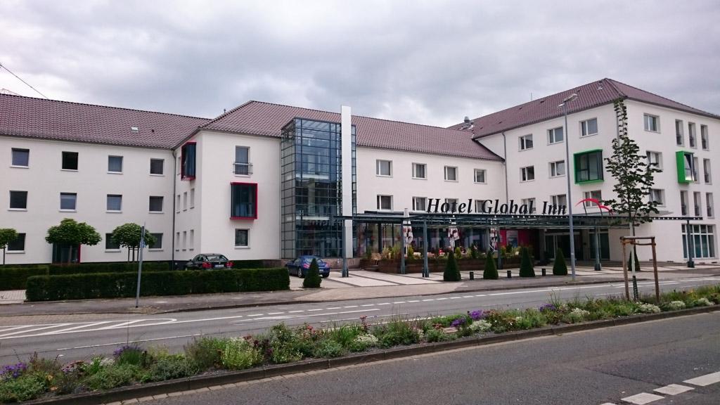 Hotel Global Inn vanaf de straat gezien.