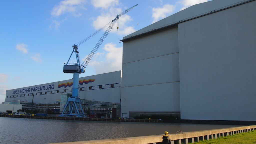 Achter deze grote grijze schuifdeur wordt een cruiseschip gebouwd van gigantisch formaat.