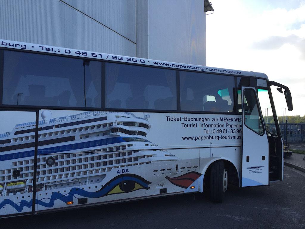 Met de bus komen de deelnemers van de rondleiding aan bij de Meyer Werft.