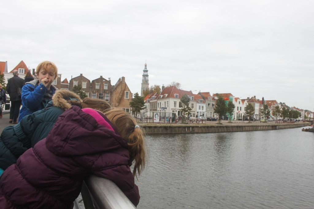 Brug over en Middelburg centrum verkennen! In de verte zien we al wat moois.