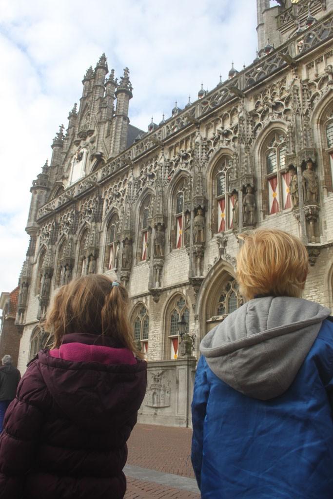 Onder de indruk van de architectuur in het centrum van Middelburg.