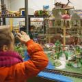 Maureen bekijkt het prinsessenkasteel dat een stuk groter is dan het kasteel dat zij ooit had.