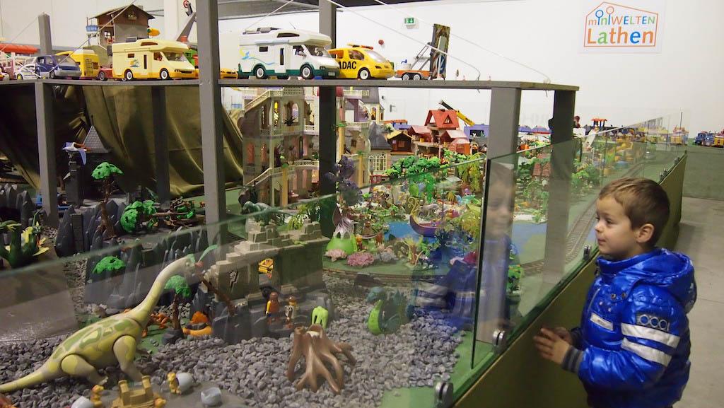 Een droom voor kleine jongetjes: een dinowereld van Playmobil....