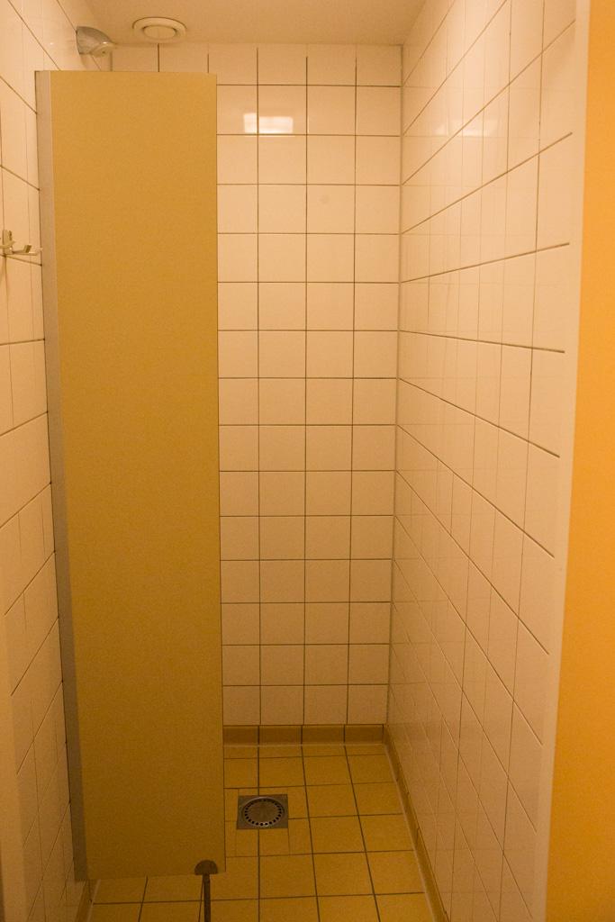 Een eenvoudige douche. Als brildrager mis ik wel een plankje om mijn bril op te leggen.